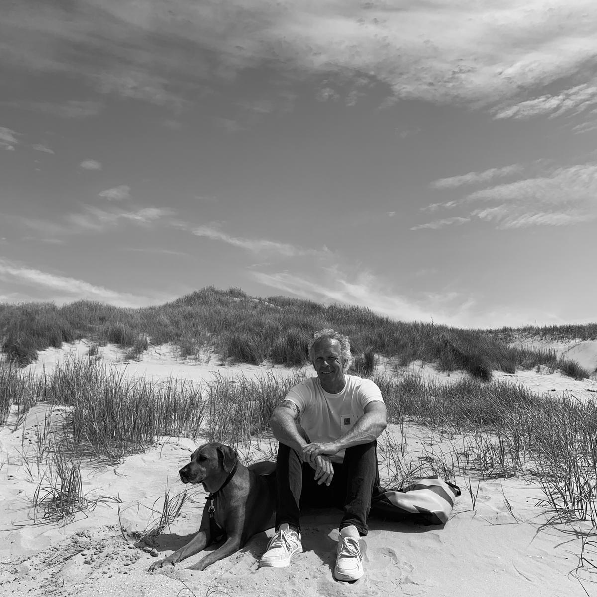 Wim Huizing met zijn hond Themba tijdens een  wandeling in de duinen